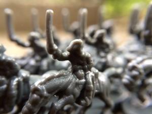 cavaliers gris qui font des attaques